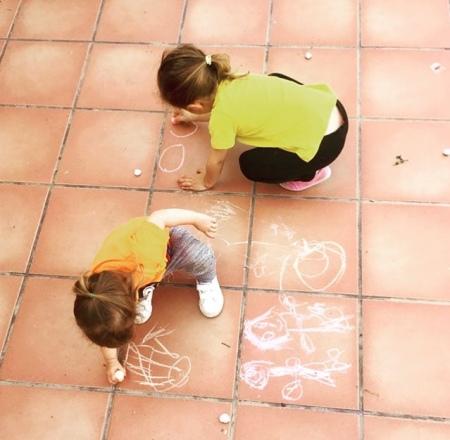 Pintando en la terraza con tizas.