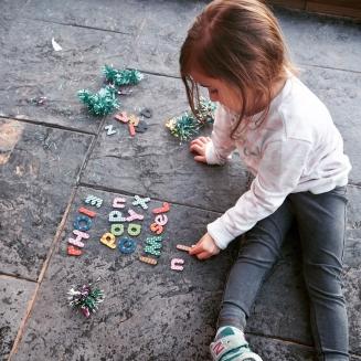 Bella jugando con letras.