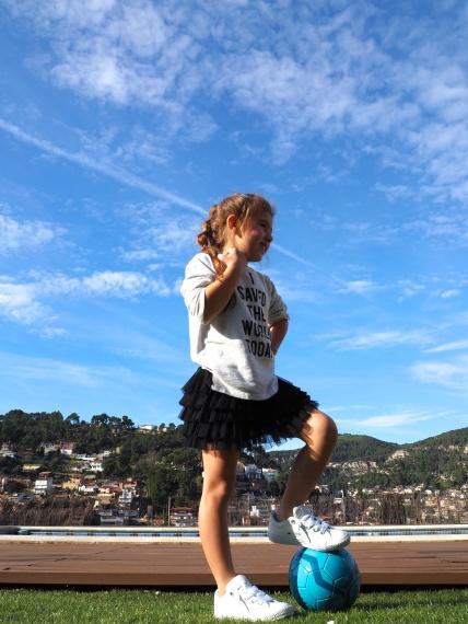Bella jugando a fútbol