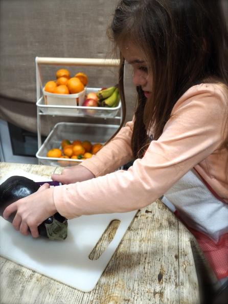 Usando el cuchillo Kiddikutter